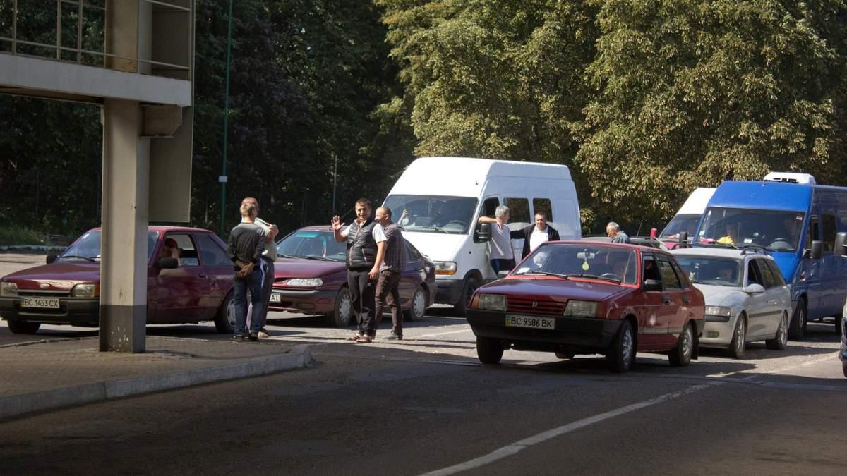 Понад 350  автомобілів застрягли на польському кордоні: деталі