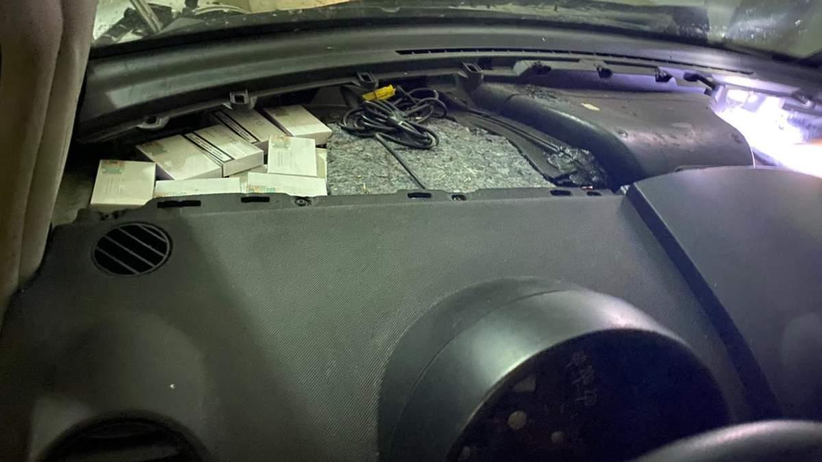 Литовец вез более 600 упаковок табачных изделий под передней панелью авто