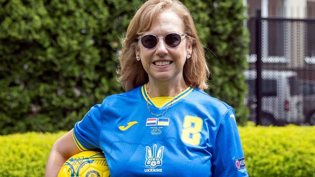Иностранные дипломаты надевают новую форму сборной Украины по футболу