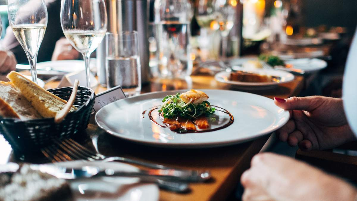 Польський ресторан буде обслуговувати лише клієнтів з COVID-сертифікатами або ПЛР-тестами - Закордон
