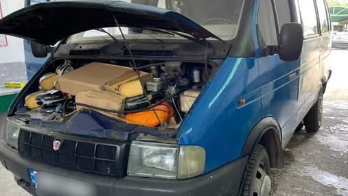 Нелегальные подарки: украинец пытался перевезти 101 килограмм сыра под капотом авто – фото