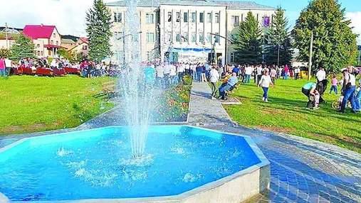 Кто-то не жалел и 200 евро: в украинском селе трудовые мигранты скинулись на фонтан