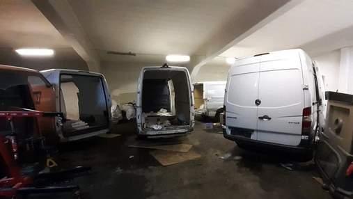 В Польше украинцы разбирали краденые в Германии микроавтобусы: красноречивые фото ареста